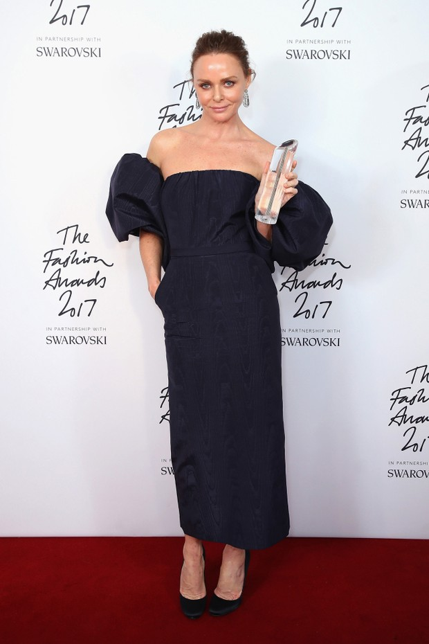 LONDON, ENGLAND - DECEMBER 04:  Stella McCartney poses in the winners room with the Special Recognition Award for Innovation during The Fashion Awards 2017 in partnership with Swarovski at Royal Albert Hall on December 4, 2017 in London, England.  (Photo  (Foto: Getty Images for BFC)