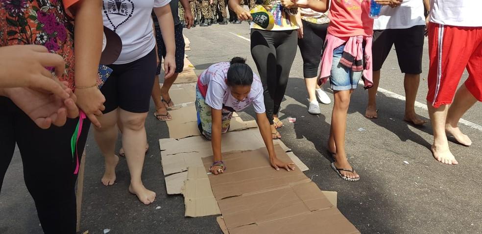 Círio 2019: Promesseira segue de joelhos o trajeto do Círio — Foto: Andréa França/G1 PA