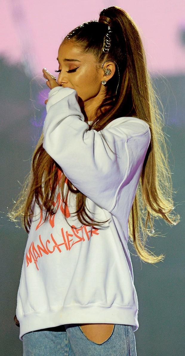 Ariana Grande se  emociona ao discursar  (Foto:  )