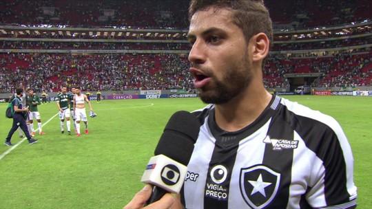 Gabriel admite toque em Deyverson, mas critica pênalti contra o Botafogo: ''Vergonhoso''