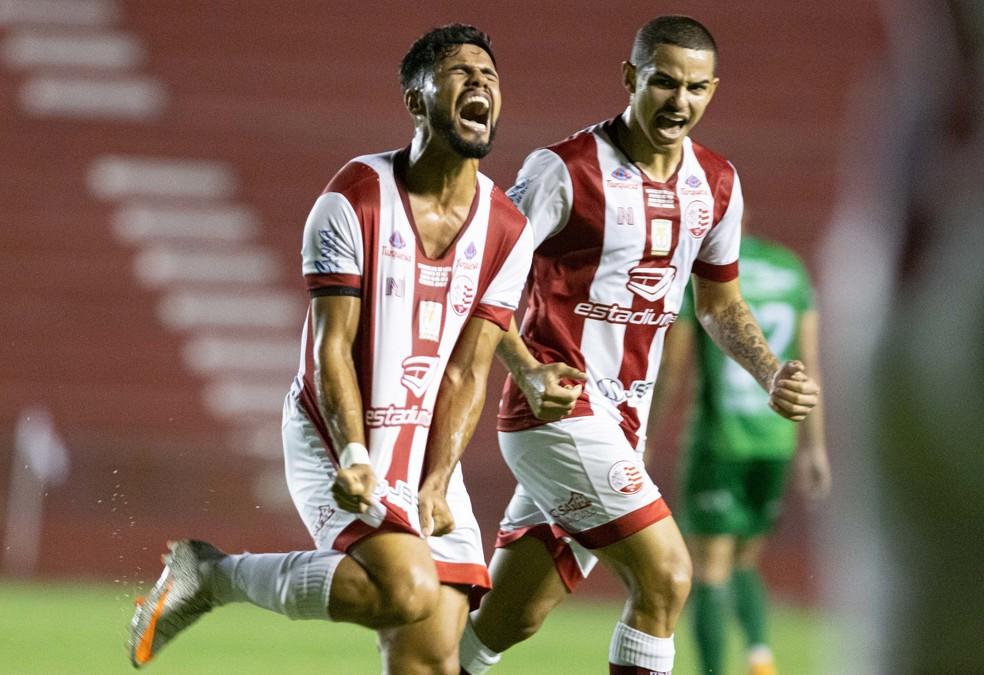 Bryan (E) comemora gol marcado pelo Náutico — Foto: Caio Falcão/CNC