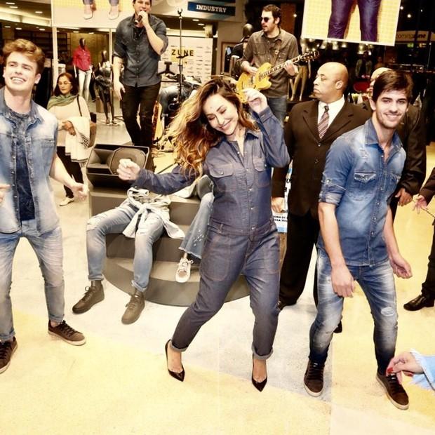 Sabrina faz coreografia em loja  (Foto: Manuela Scarpa/Brazil News)