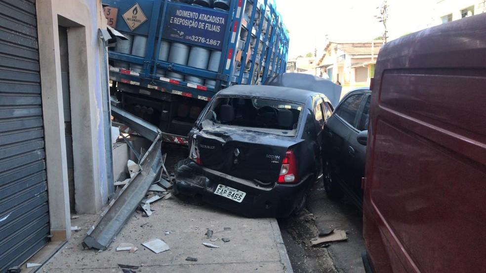 Dois carros também foram atingidos pelo caminhão desgovernado em Agudos  — Foto: Rafael Ferraz / TV TEM