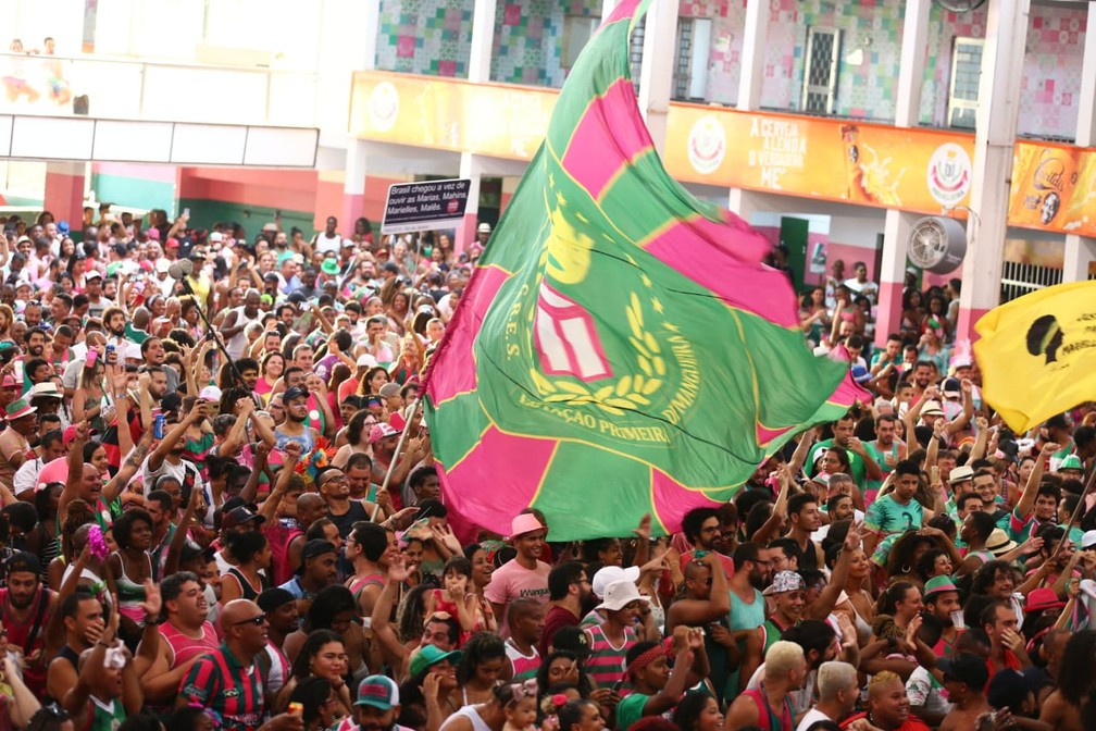 Quadra da Mangueira em festa durante a apuração das notas — Foto: Rodrigo Gorosito/G1