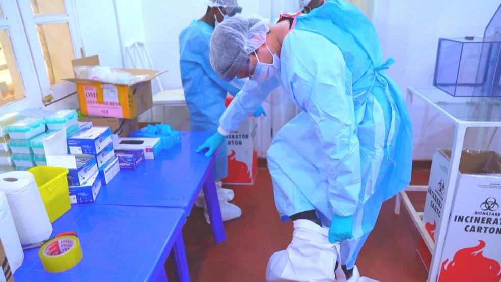 O repórter Estevan Muniz precisou usar roupa especial para entrar na área de risco do ebola. — Foto: Reprodução/TV Globo