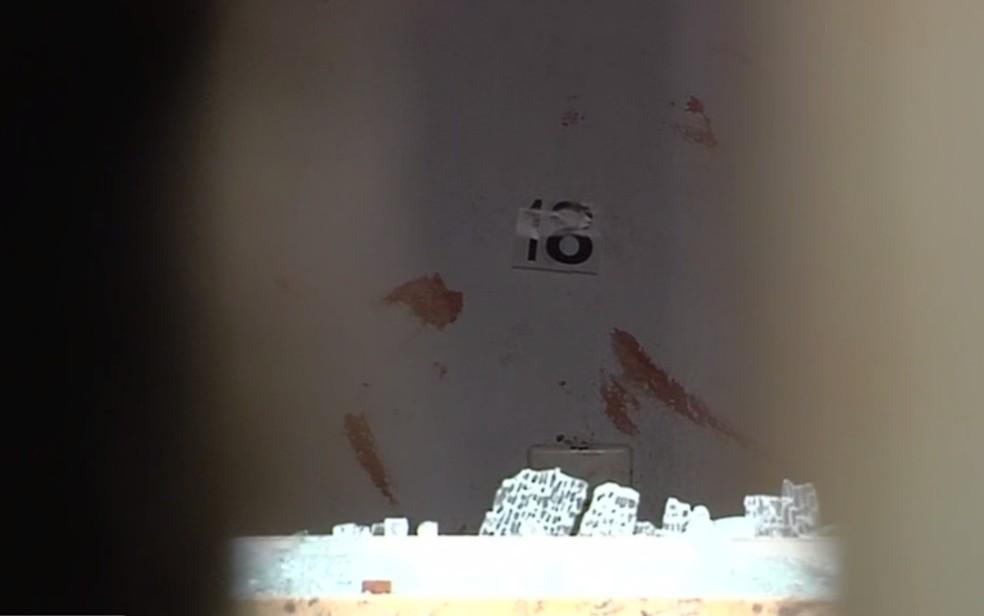 Casa onde dormia a família ficou com vidros quebrados e com sangue nas paredes, em Aparecida de Goiânia, Goiás — Foto: Reprodução/TV Anhanguera