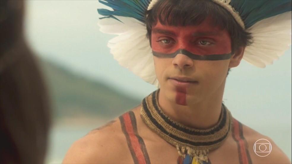 Piatã (Rodrigo Simas) diz aos índios que o momento é de colocar vidas acima das leis da aldeia. Em 'Novo Mundo' — Foto: TV Globo