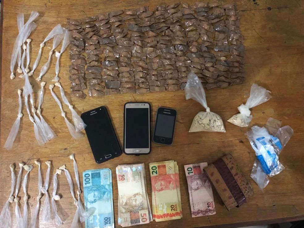 Material foi apreendido na casa denunciada — Foto: Polícia Militar/Divulgação