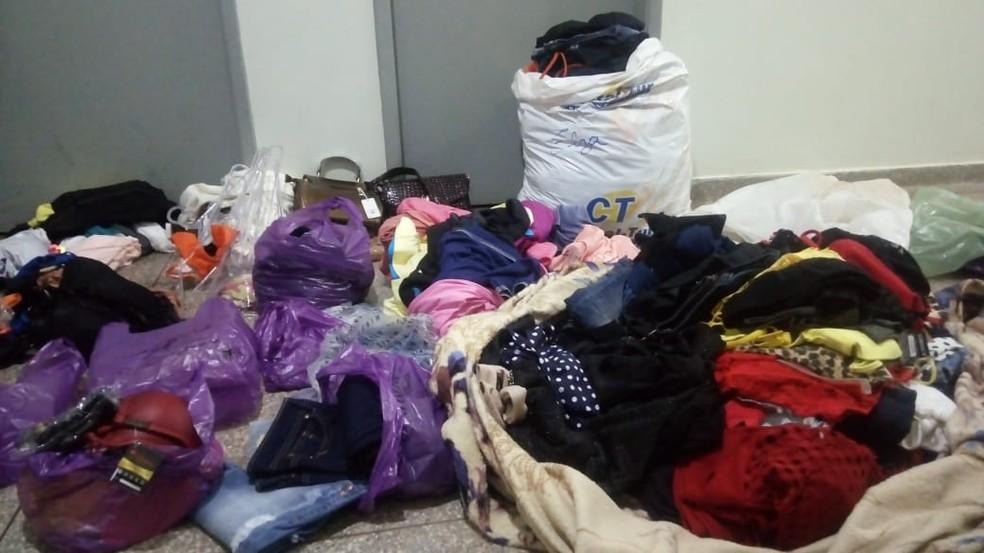 2bda8f851 Foto  Adolescentes são apreendidas por furtarem roupas em lojas de Fátima  do Sul. — Foto