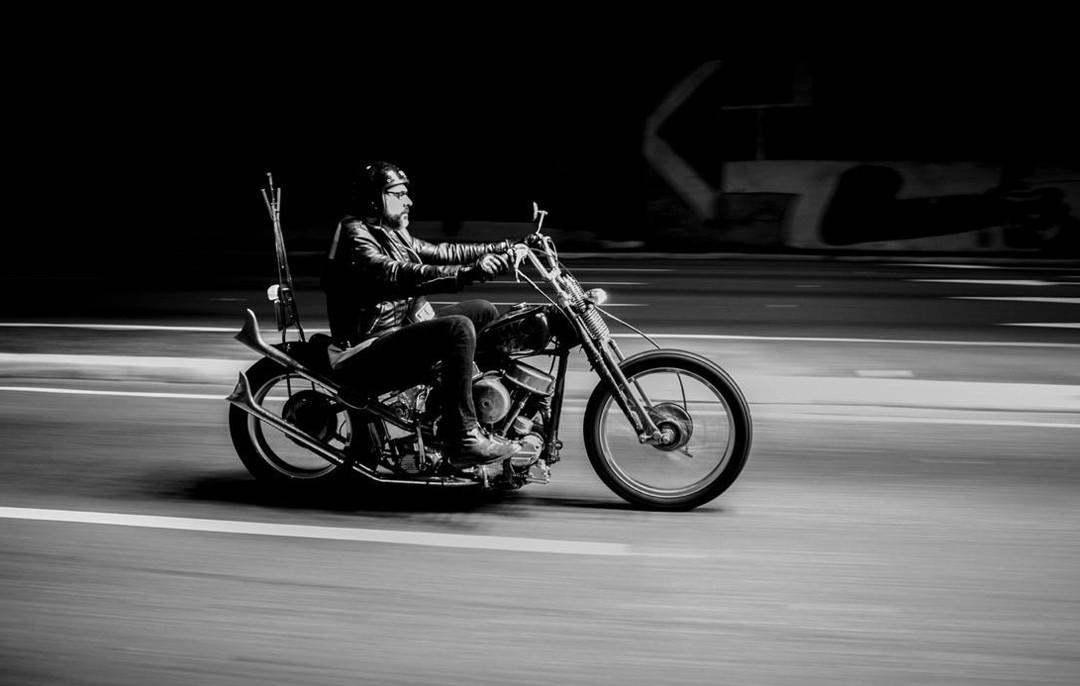 Paulo Amaral fazendo o que não faz quando está na oficina: pilotando (Foto: Franco Amendola)