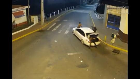 Câmeras de segurança flagram ladrões fugindo de carro com reféns depois de explosões a banco no Paraná