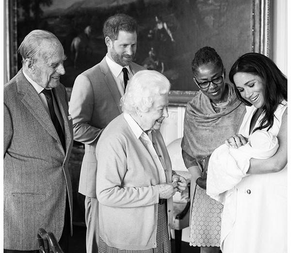 O Príncipe Harry e a esposa, Meghan Markle, com a mãe dela, mostrando o filho deles para a Rainha Elizabeth 2ª e o Príncipe Philip (Foto: Instagram)