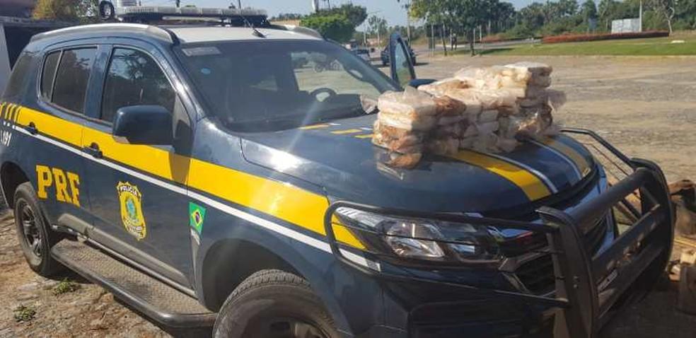 Material apreendido e suspeito foi encaminhado para a sede da Polícia Federal, em Fortaleza. — Foto: PRF/ Divulgação
