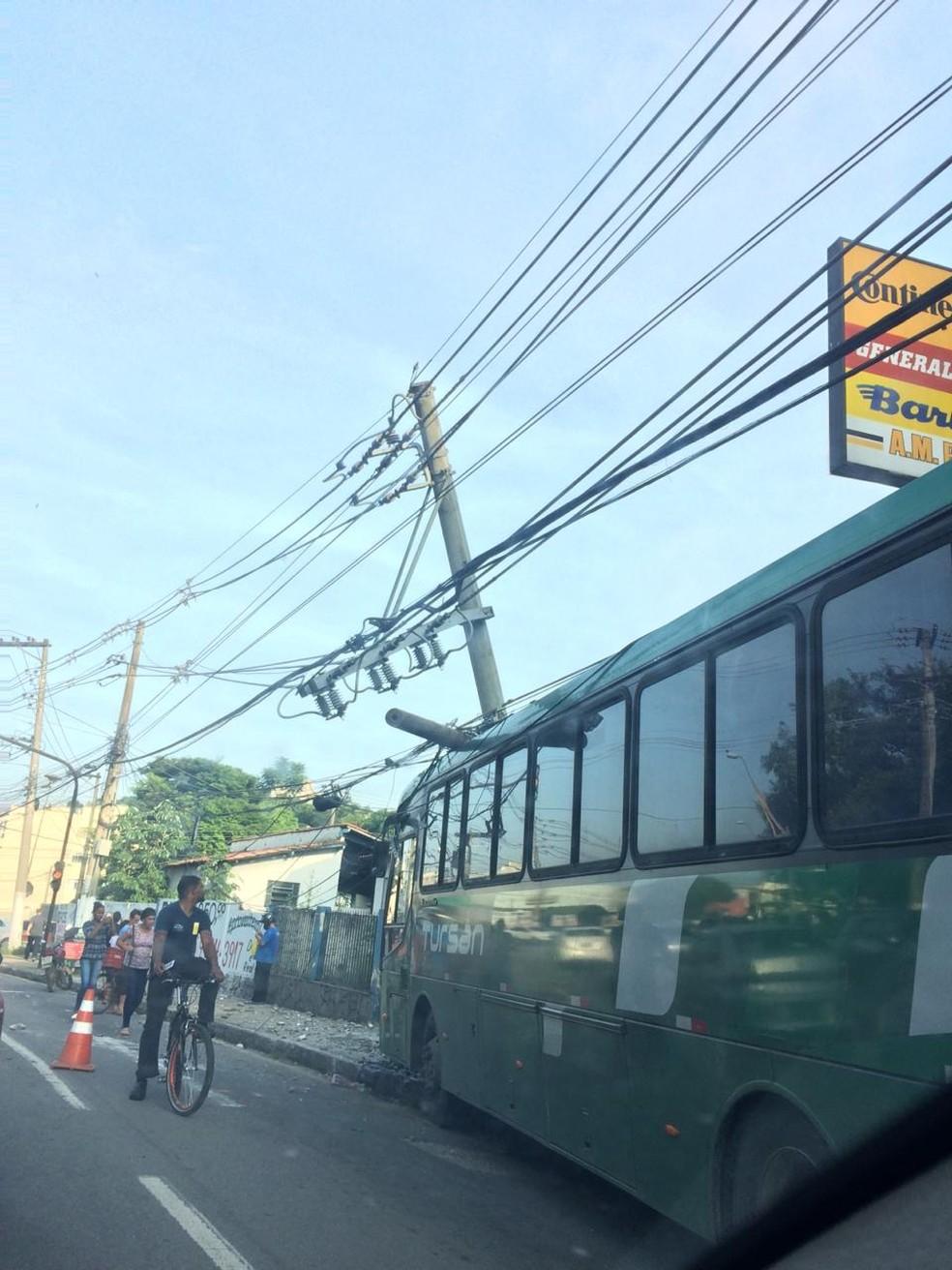 Ônibus arranca poste em batida em Volta Redonda — Foto: Divulgação