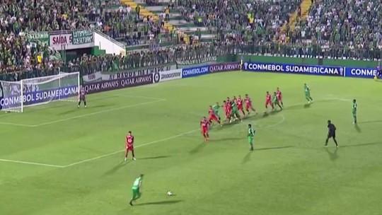 Everaldo aproveita chance e é ponto positivo em queda da Chape na Sul-Americana