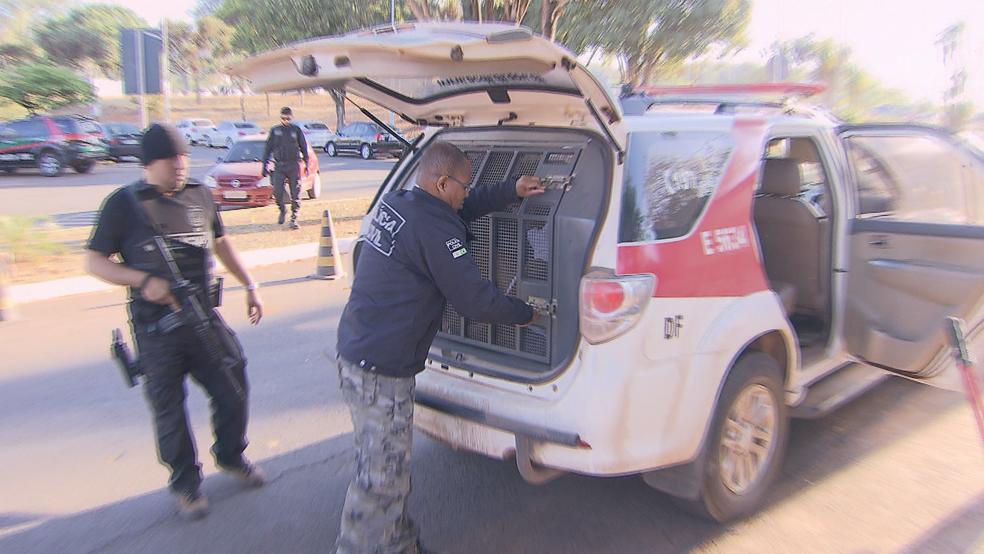 Suspeitos ao chegarem à delegacia (Foto: TV Globo/Reprodução)