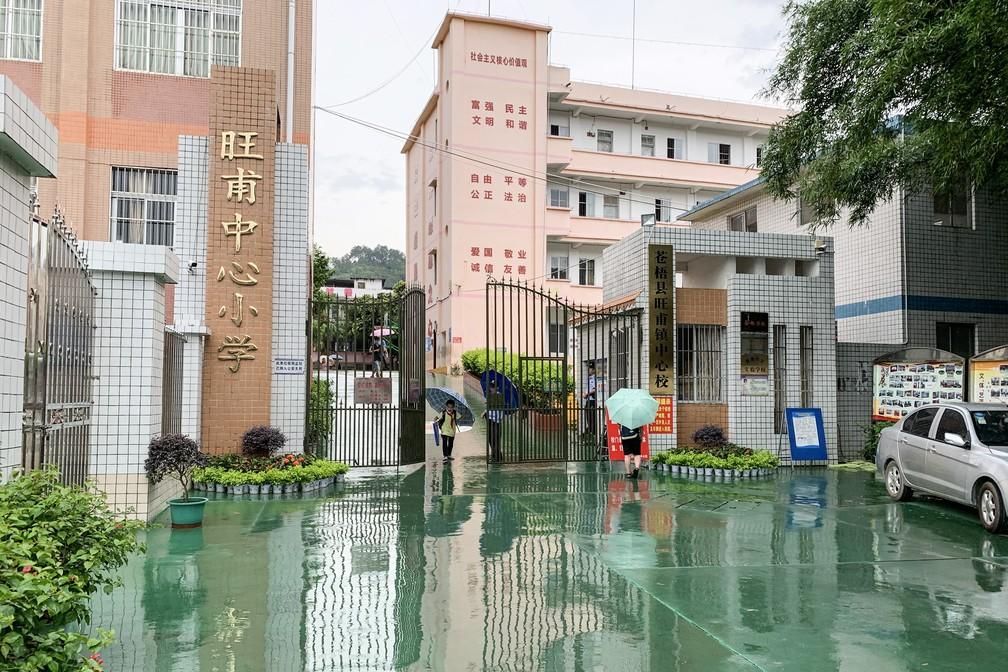 O portão da escola primária onde ocorreu um ataque de faca é visto em Wuzhou, na região sul de Guangxi, na China, nesta quinta-feira (4) — Foto: AFP