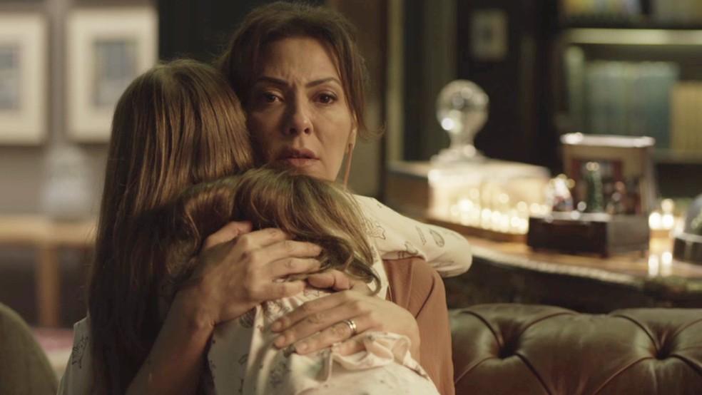 Sofia (Valentina Vieira) abraça Nana (Fabiula Nascimento) em 'Bom Sucesso' — Foto: TV Globo