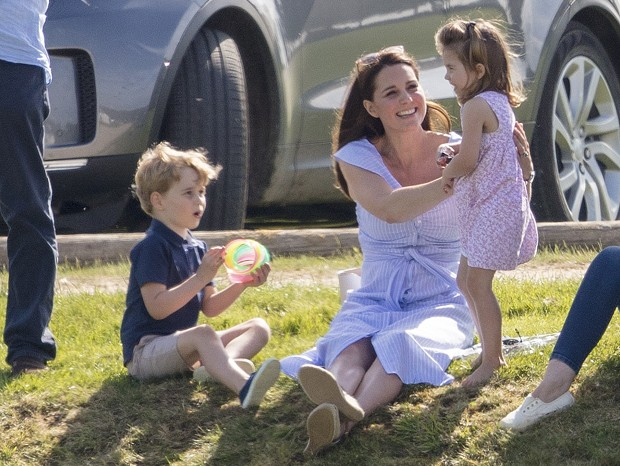 Príncipe George, Kate Middleton e princesa Charlotte (Foto: The Grosby Group)