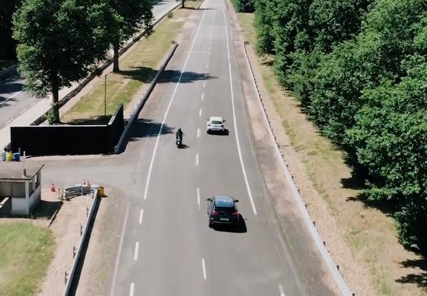 Comunicação inteligente entre carros e motos avisa quando há risco de colisão (Foto: Reprodução/Vimeo)