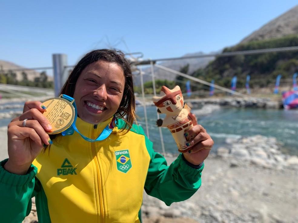 Ana Sátila com a medalha de ouro na canoagem slalom, Pan-Americano Lima 2019 — Foto: Gabriel Fricke