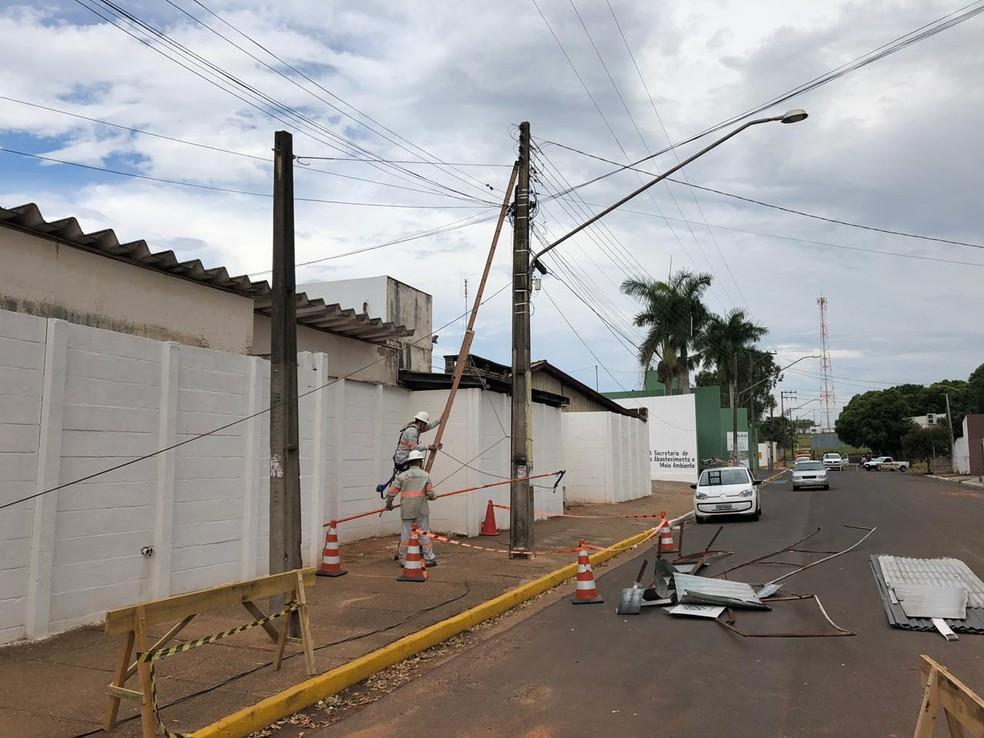 Funcionários de concessionária de energia elétrica realizam reparos em Adamantina — Foto: David de Tarso/TV Fronteira