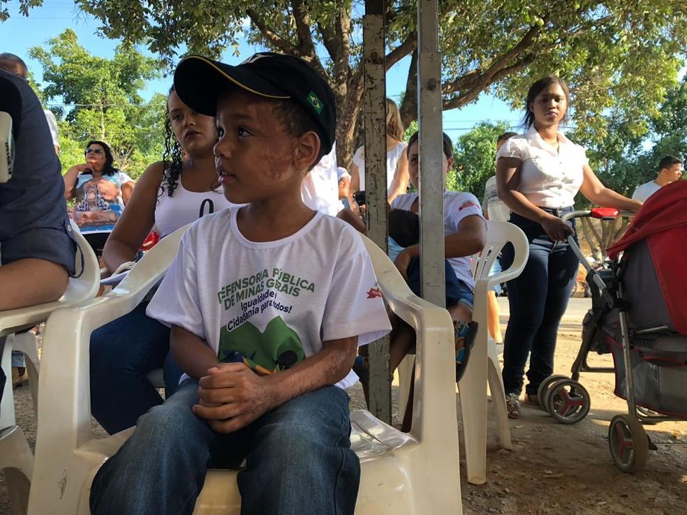 Thiago foi à missa e contou ao G1 que foi pedir a Deus que o ajudasse a melhorar — Foto: Juliana Gorayeb/G1