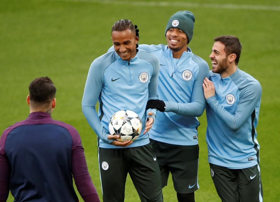 Danilo brinca com Gabriel Jesus e Bernardo Silva no treino do City: todos são selecionáveis para a Rússia (Foto: Reuters/Carl Recine)