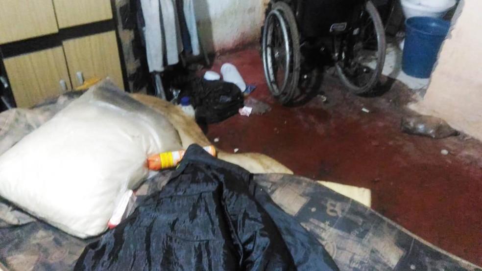 Na casa em Iguape, SP, policiais encontraram desorganização e sujeira — Foto: Divulgação/PM