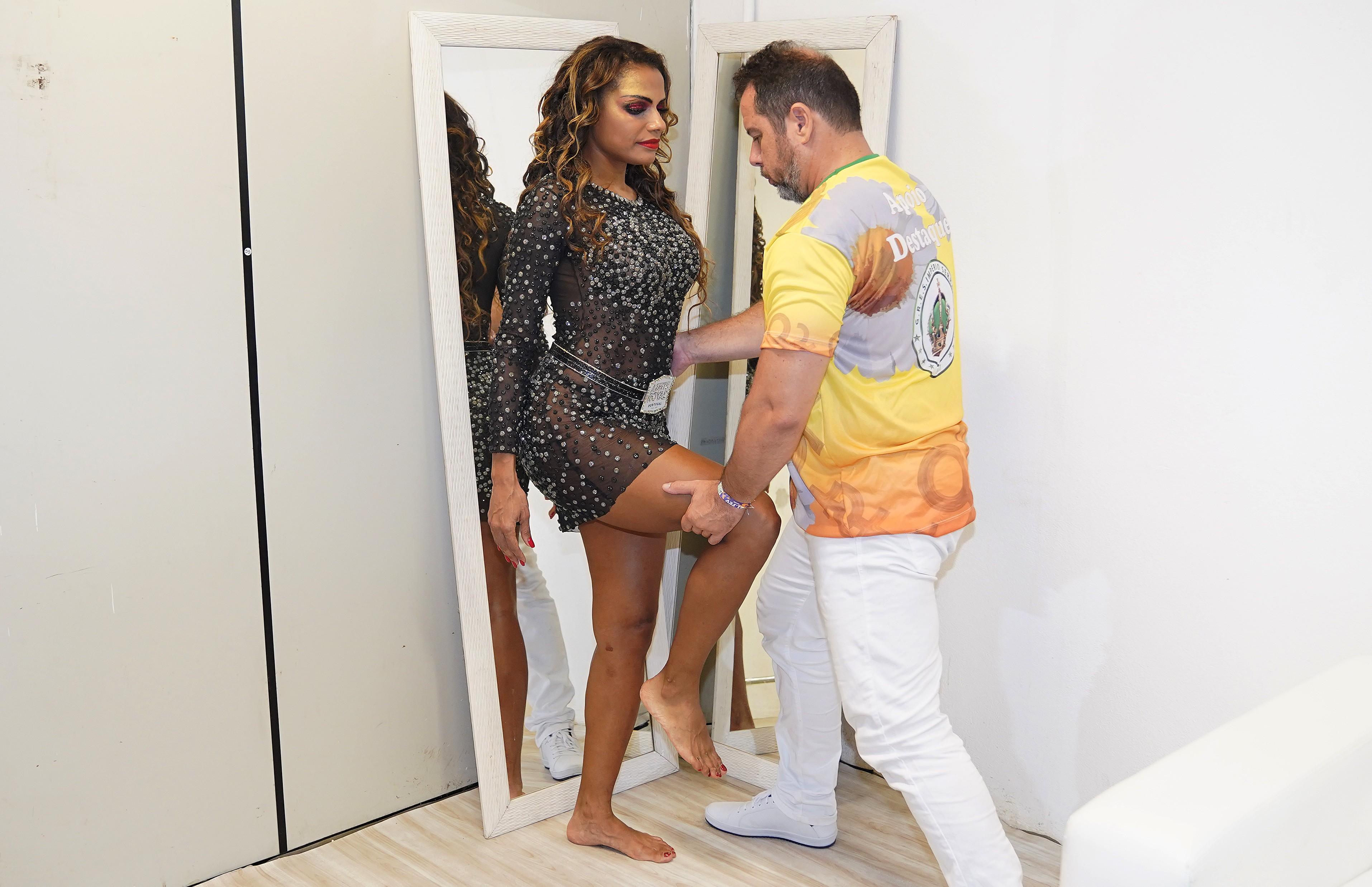 Quitéria Chagas faz acompanhamento com fisioterapeuta para desfilar na Sapucaí