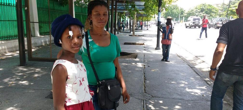 A vendedora Pierre Claudie, de 38 anos, com a filha Métellus Markeline Sans, de 8 anos (Foto: Tahiane Stochero/G1)
