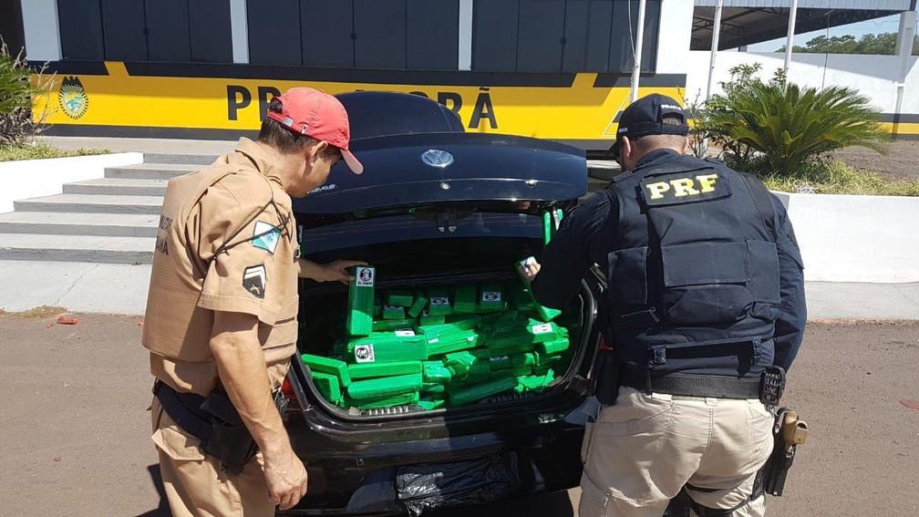 Motorista abandonou o carro com mais de 360 quilos de maconha  — Foto: Divulgação/PRF