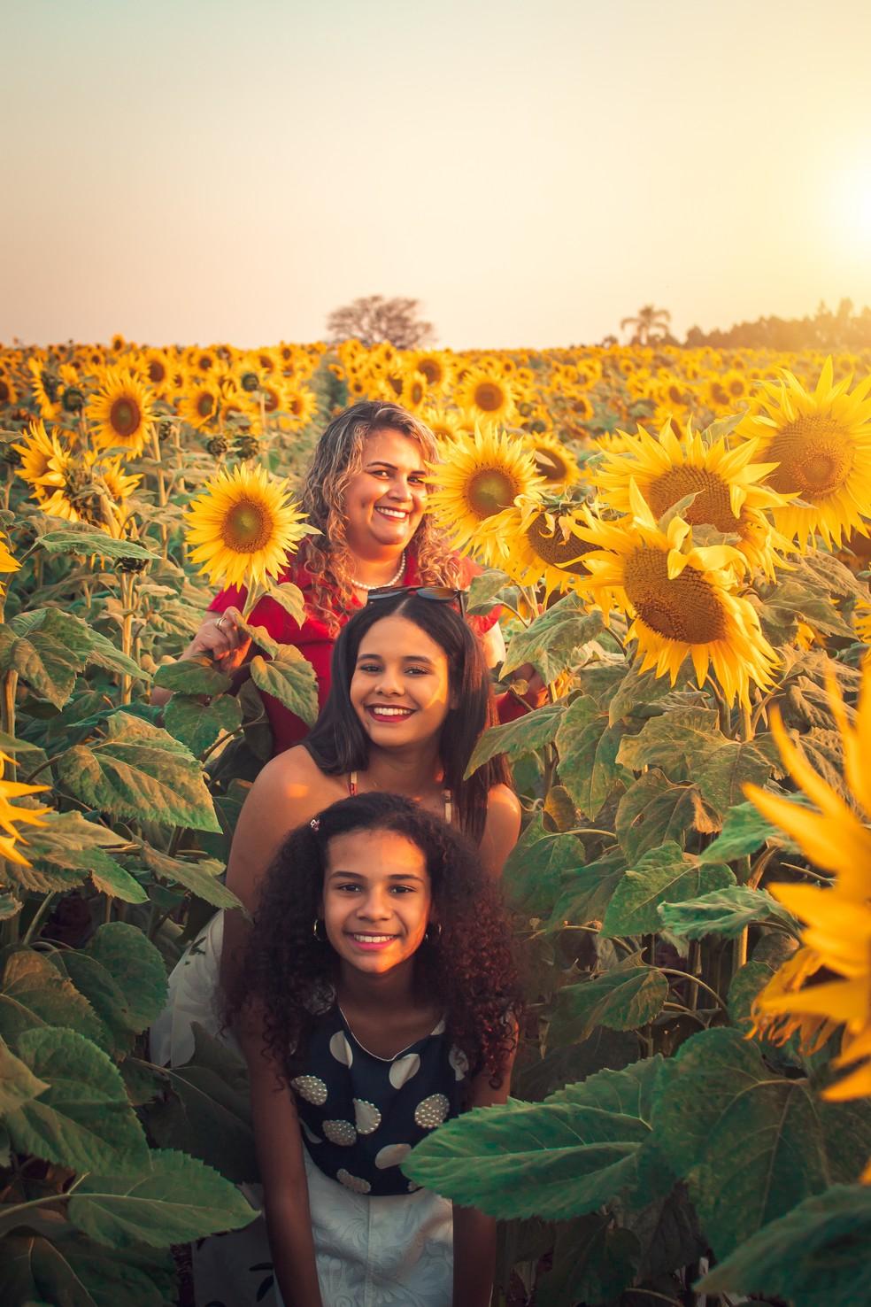 Mãe e filhas compraram ensaio fotográfico na plantação de girassóis em Cerquilho — Foto: Mirelle Reis/Divulgação