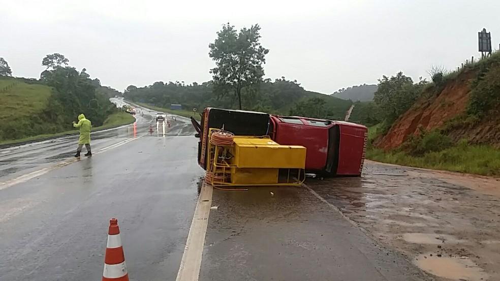 Caminhonete dos bombeiros tombou na pista ao ser atingida (Foto: VC no ESTV/*Telespectador pediu para não ser identificado)