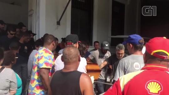Jonas Torres acompanha cortejo no enterro do irmão Caio Junqueira