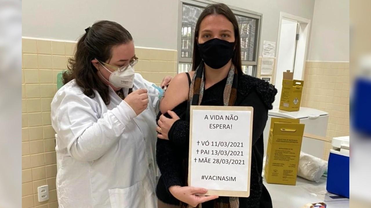 'Nos devastou', lamenta mulher que lembrou morte dos pais e avó por Covid ao receber vacina