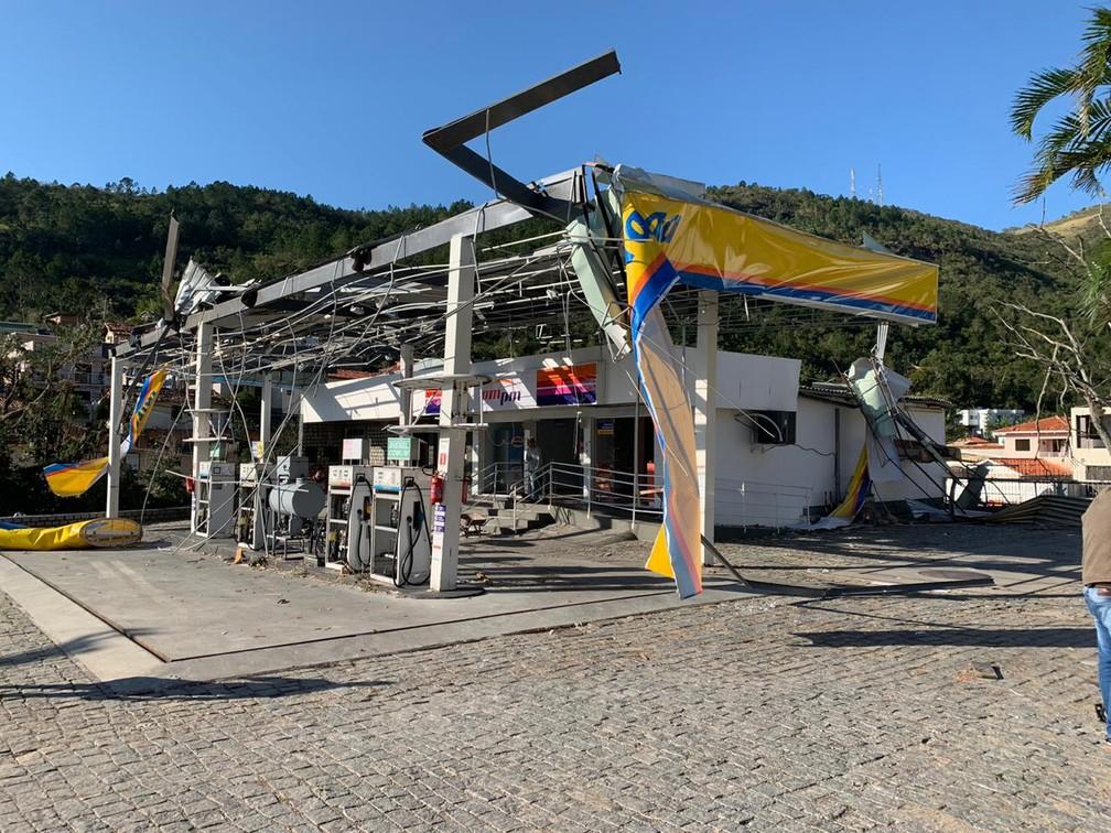 Cobertura de posto foi levado com as fortes rajadas de vento — Foto: Douglas Marcio/ NSC TV