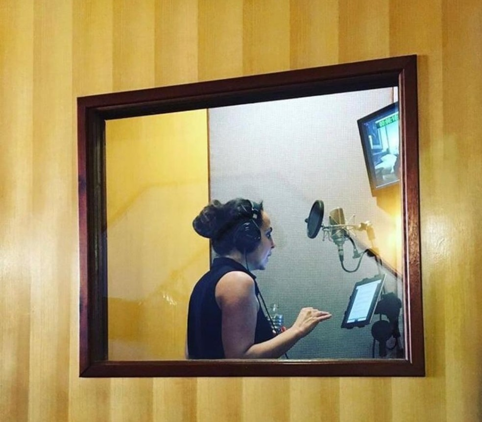 Gravação de audiodescrição (voltada a cegos) de filme pornô do Sexy Hot — Foto: Divulgação
