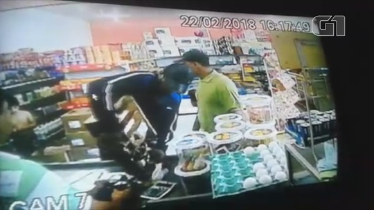 Dupla armada leva dinheiro, celulares e chocolate de comércio em Macapá; VÍDEO