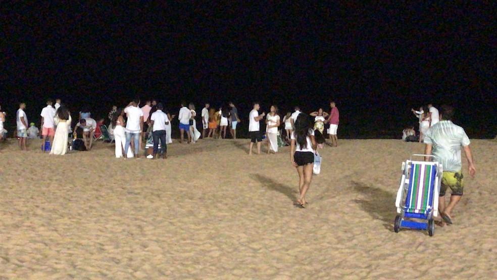 Mesmo com bares fechados, aglomerações são registradas na orla da grande João Pessoa — Foto: Pedro Canísio/TV Cabo Branco