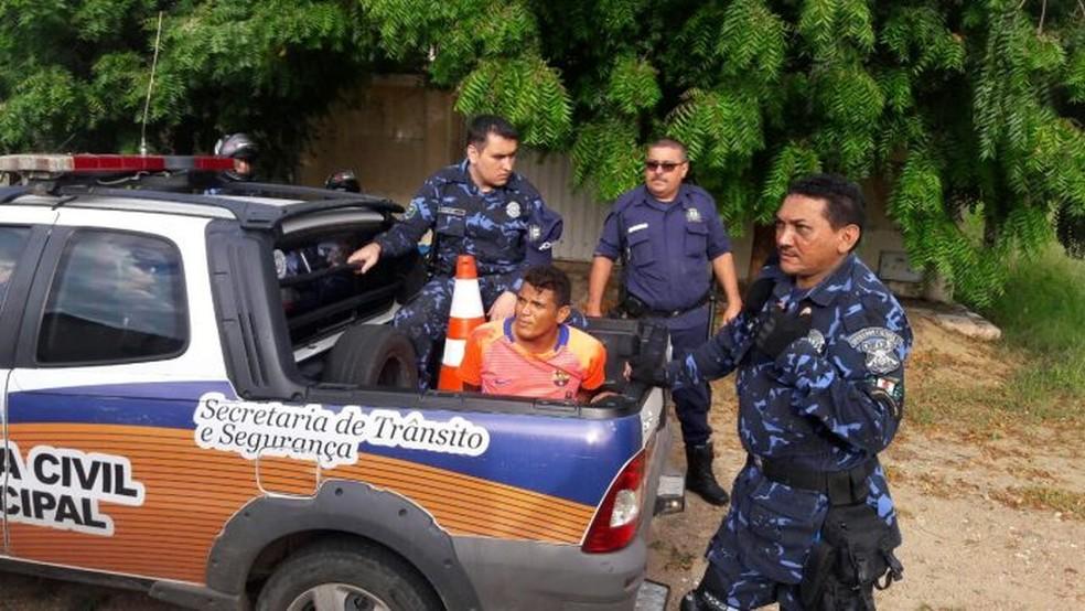 Homem foi encontrado dentro de guarda-roupa dentro de residência invadida e foi detido por guardas municipais (Foto: Alex Santana/Arquivo pessoal)
