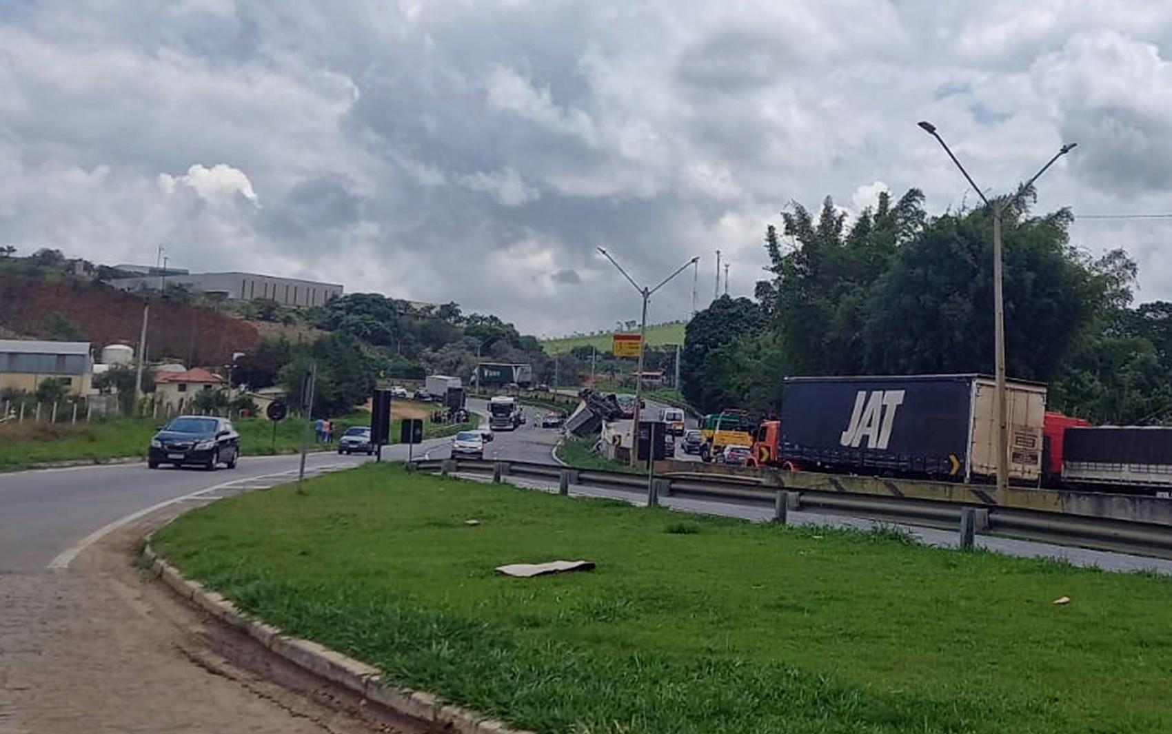 Motorista morre após carreta tombar na Fernão Dias, próximo a Itapeva, MG