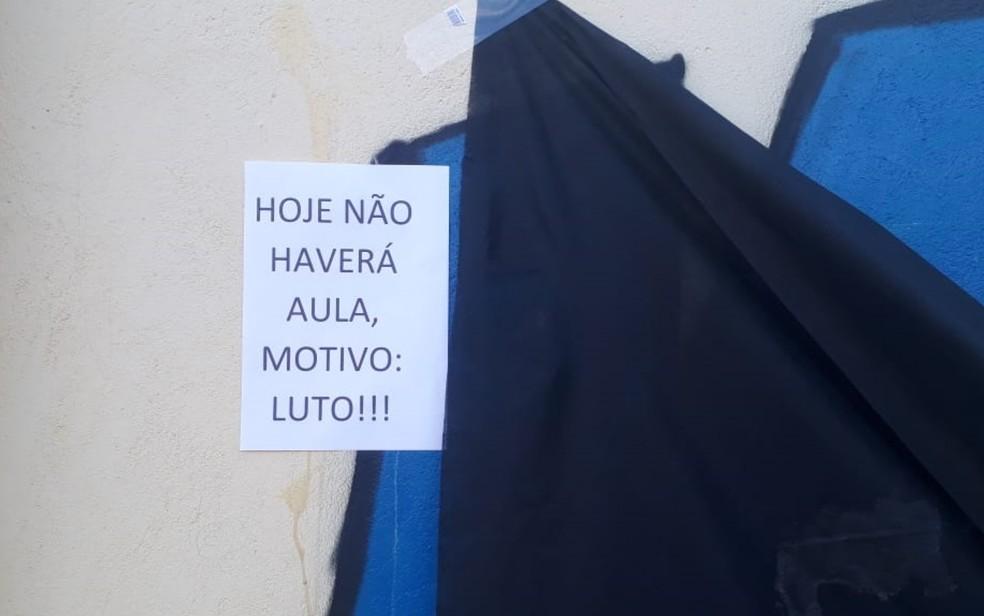 Cartaz informa a suspensão das aulas â?? Foto: Reprodução/TV Anhanguera