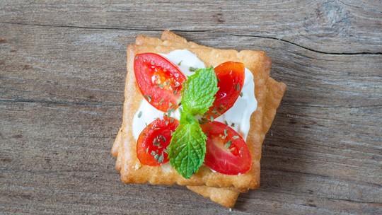 Aperitivo rápido e delicioso: aprenda a fazer pizza de bolacha