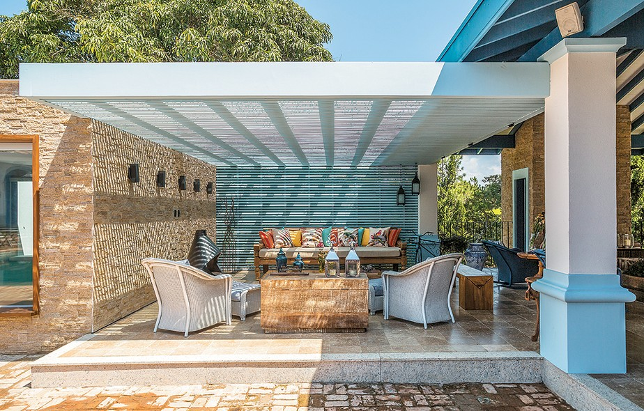 Preservar a linguagem da construção e incluir modernidade foi o mote da arquiteta Andrea Murao ao criar esta área de convivência em uma fazenda no litoral norte de São Paulo. É um grande living, sem paredes laterais, com vista para a mata e a piscina