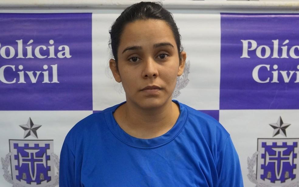 Ana Paula foi presa com drogas e munições dentro de ônibus em Simões Filho (Foto: Polícia Civil/Divulgação)