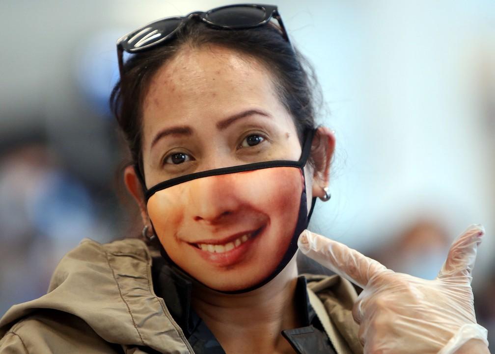 Uma mulher é vista usando máscara de proteção na Cidade do Kuwait, Kuwait — Foto: Yasser Al-Zayyat/AFP