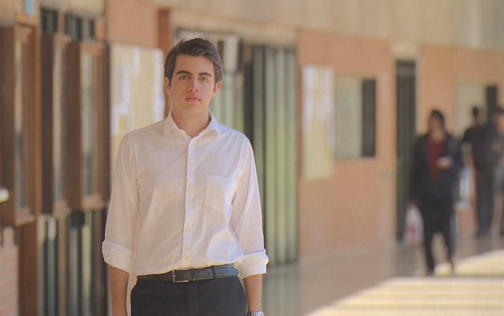Advogado Mateus Ribeiro, 18 anos, em corredor da Universidade de Brasília (Foto: TV Globo/Reprodução)