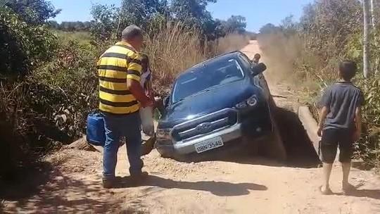 Sem rota alternativa, carro fica preso ao tentar passar em ponte precária em Chapada dos Guimarães (MT); veja vídeo