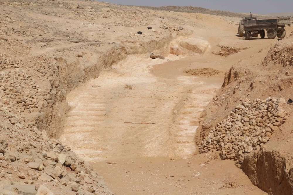 Escavações exibiram rampas que auxiliaram a passagens dos blocos de pedras (Foto: Divulgação/ Ministério das Antiguidades)